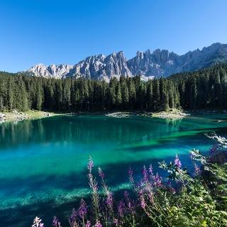Die unterschiedlichsten Farben spiegeln sich im Karer See.