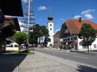 Kirchplatz in Grassau mit Tourist-Info