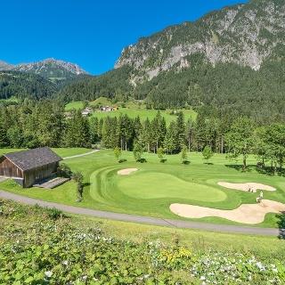 Vorbei am Golfplatz Brand führt der Trail hinaus zum Klostermaisäß.