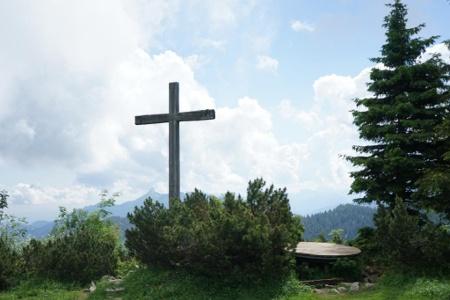 Gipfelkreuz unterhalb der Hochries in Richtung Süden