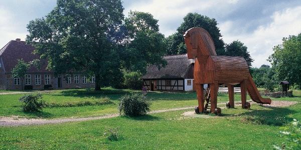 Auf dem Hinterhof des Heinrich-Schliemann-Museums in Ankershagen findet man eine Nachbildung des bekannten Trojanische Pferdes.