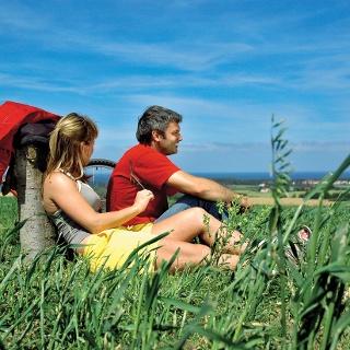 Radurlauber genießen Sonne und Landschaft bei einer Rast