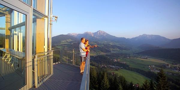Bergpanorama von der Aussichtsterrasse am Panoramaturm genießen © Theny