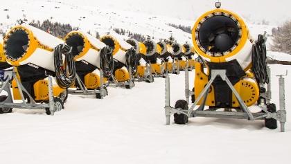 Schneekanonen in einem Skigebiet