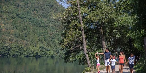 Spazieren mit der Familie am See