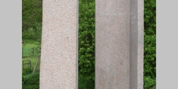 "(02) Bertrand Ney (LU): ""Le passage"", 2014, Roter Granit"