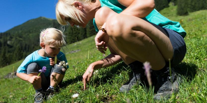 Kinder in der Wunderwelt der Kräuter