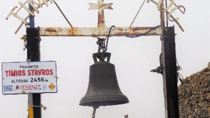 Glocke und Gipfelkreuz auf dem Dach von Kreta