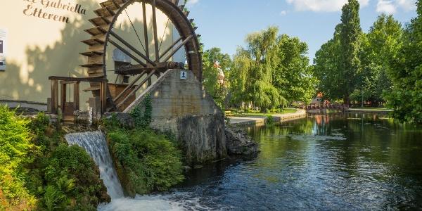Das Mühlenrad ist heute nur Dekoration (Malom-tó (Mühle-Teich) in Tapolca)