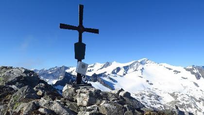 Gipfelkreuz Blessachkopf 3050 m mit Großvenediger im Hintergrund