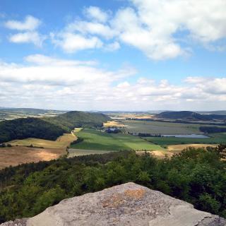 Aussicht mit Inselberg, dem Berrücken auf dem die Mühlburg liegt un der Burg Gleichen