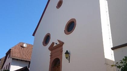Blick über die Kirche zur Madenburg