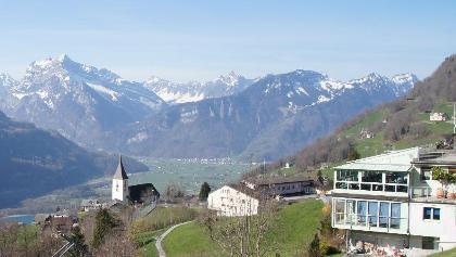 Blick ins Linthtal und den Albert Böni-Opawsky-Weg mit Brücke