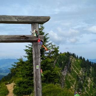 Am Hochgrat enden viele Touren. Durch das Tor und auf die nächsten Gipfel schreiten deutlich weniger Wanderer.