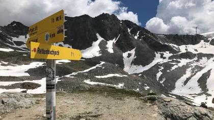 Wegweiser an der Braunschweiger Hütte zum Rettenbachjoch