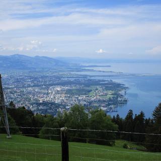 Wunderschöne Aussicht von der Bergstation Pfänderbahn auf das Vorarlberger Bodenseeufer.
