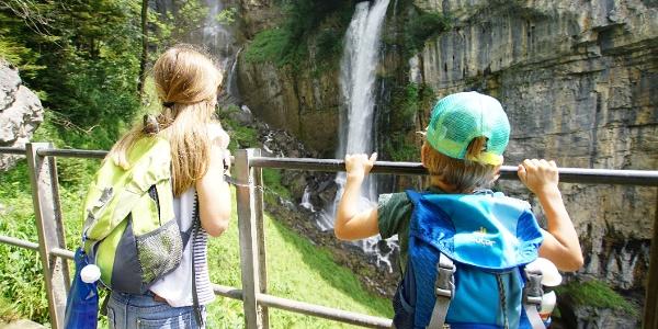 Kinder betrachten die Seerenbachfälle