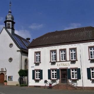 Rathaus und ev. Kirche Bornheim