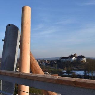 Baumwipfelpfad Bad Iburg mit Blick auf die Schloßanlage