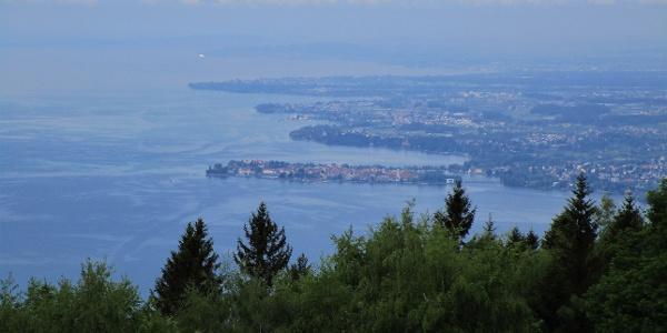 Wunderschöne Aussicht von der Bergstation Pfänderbahn auf das Deutsche Bodenseeufer mit der Insel Lindau...