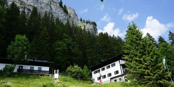 Brünnsteinhaus mit Brünnsteingipfel