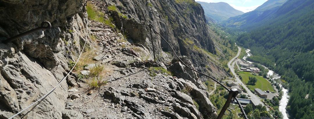Felsband mit Blick auf das Romanche-Tal
