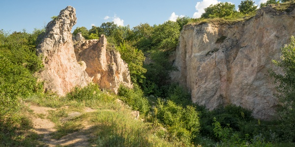 A Teve-szikla a kőfejtővel