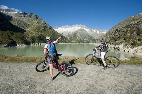 Biker auf dem Staudamm in der Göscheneralp