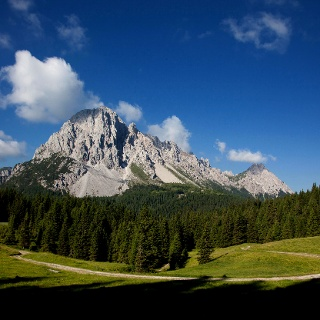 Vista del Monte Lastroni dalla strada che porta alla malga