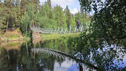 Die Hängebrücke Harrisuvanto auf der kleinen Bärenrunde (Pieni Karhunkierros) im Nationalpark Oulanka