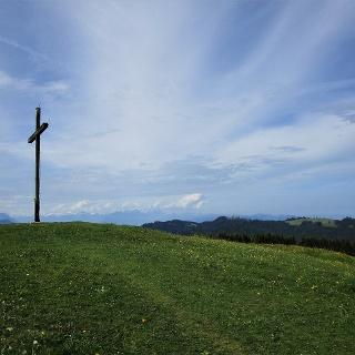 Nun endlich das 3. Gipfelkreuz des Hirschberges mit Blick auf den Pfänder
