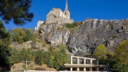 Raron: Felsen und Burg