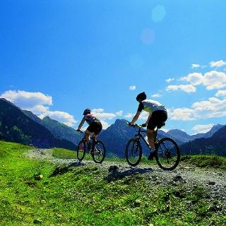 Auf schmalen Wegen geht es entlang eines schönen Bergpanoramas