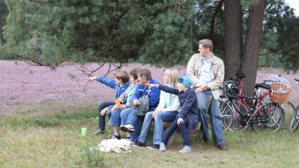 Familie auf Bank in HeideHeidegarten