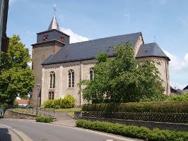 Vulkan-Pfad: Grafschaft-Pfad_Pfarrkirche Laufeld mit Wehrturm (Foto: © Rainer Schmitz, Quelle: Eifel Tourismus GmbH)