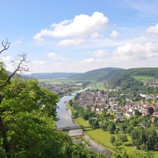 Blick vom Bismarckturm auf Bodenwerder und die Weser