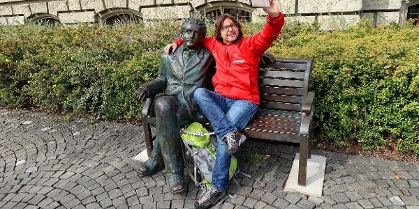 Selfie mit Einstein vor der Universität.