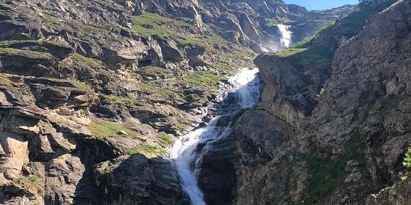 Immer wieder kommt man an schönen Wasserfällen vorbei