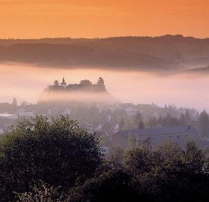 Vulkaneifel-Pfad: Vulkangipfel-Pfad_Daun im Nebel (Foto: Claudia Endres, Quelle: Eifel Tourismus GmbH)