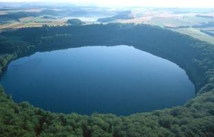 Vulkaneifel-Pfad: Maare-Pfad_Pulvermaar - tiefblaues Auge der Eifel  (Foto: Claudia Endres, Quelle: Eifel Tourismus GmbH)