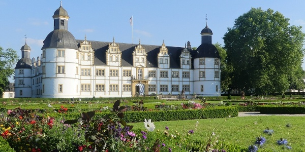 Schloß Neuhaus mit Barockgarten (Sommerbepflanzung)