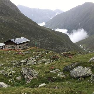 Rückblick zur Pforzheimer Hütte Wolken ziehen von St Sigmund herauf