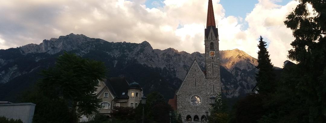 Sonnenuntergang hinter der nahegelegenen Kirche.