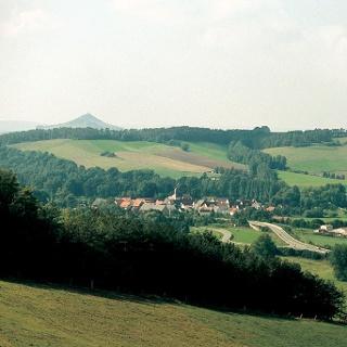 Blick auf Liebenau mit dem Desenberg im Hintergrund