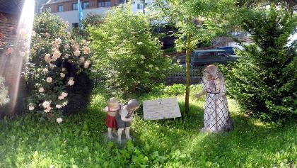 Blick auf erste Märchenfigurstation - Hänsel und Gretel mit Hexe