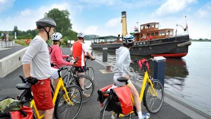 Radfahrer vor dem Dampfeisbrecher Elbe in Geesthacht