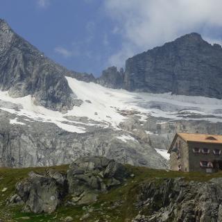 die Richterhütte und im Hintergrund die Reichenspitzgruppe
