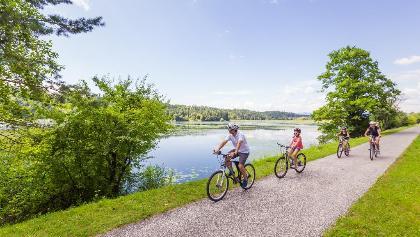 Familie am Radweg beim Gösselsdorfer See
