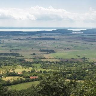 Panoráma az Eötvös Károly-kilátóból. Balról jobbra közel Köveskált, a távolban Kővágóörsöt, jobbra Mindszentkállát, alattunk Szentbékkállát láthatjuk. A horizonton a Hegyestű, a Badacsony, a Tóti-hegy, a Gulács, a Szigligeti vár, a Szent György-hegy és a Csobánc sorakozik, sőt a Balaton túlpartján a Fonyódi-hegy is kiszúrható.