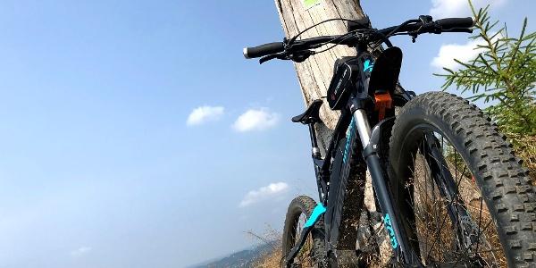 Keltenweg, auch für Biker eine Herausforderung mit seinen Anstiegen. Die Mühen werden mit solchen Ausblicken belohnt